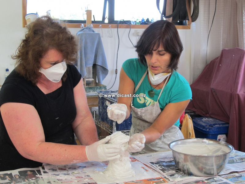 Di helps Susan with her mold